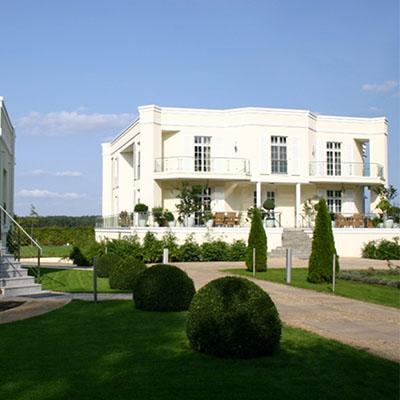 Villa mit Gartenhaus