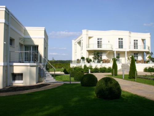 Villa mit Gartenhaus 1