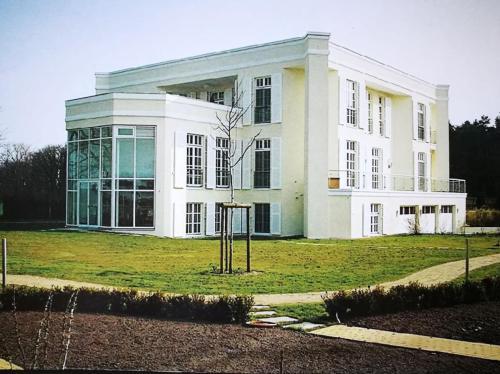 Villa mit Gartenhaus 7