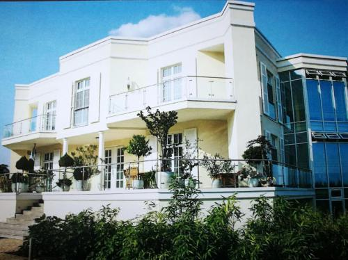 Villa mit Gartenhaus 8